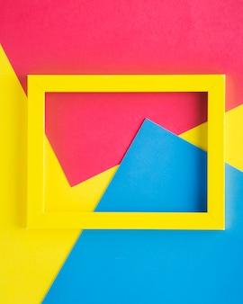 Geel leeg frame op kleurrijke achtergrond