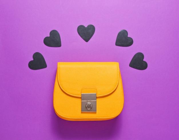 Geel leren mini tasje met decoratieve zwarte hartjes