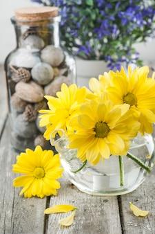 Geel madeliefjesdecor en blauwe bloemen