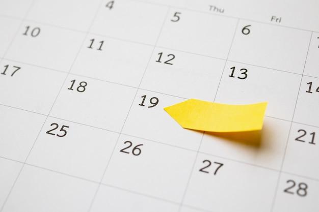 Geel notitiepapier op kalenderdatum