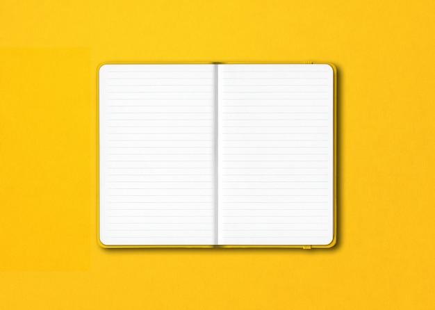 Geel open bekleed notitieboekjemodel dat op kleurrijk wordt geïsoleerd