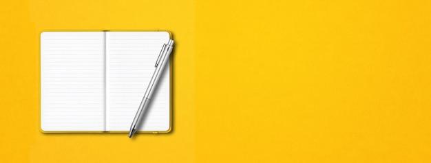 Geel open bekleed notitieboekjemodel met een pen