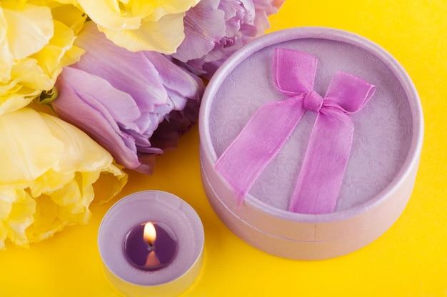 Geel paarse tulpen