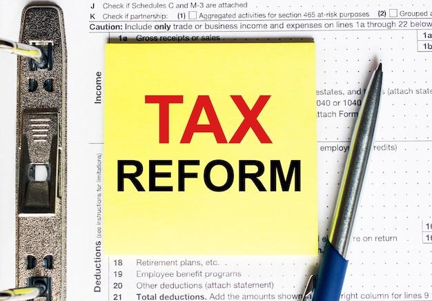 Geel papier met tekst belastinghervorming