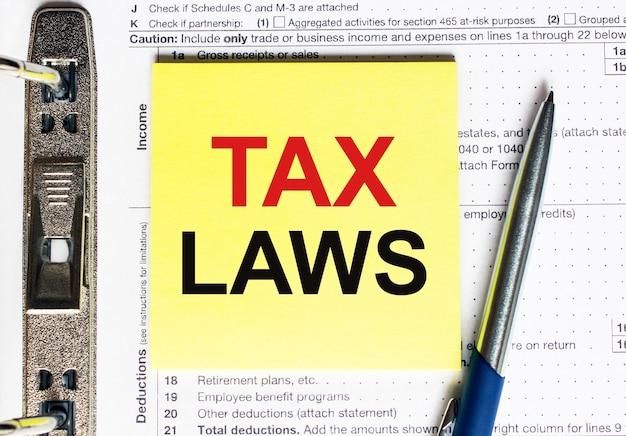 Geel papier met tekst belastingwetten, concept