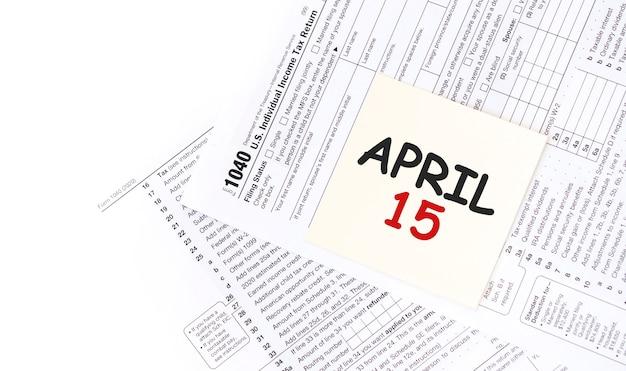 Geel papier notitie met woorden 15 april