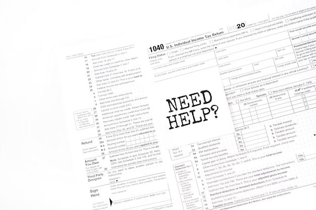 Geel papier opmerking met woorden hulp nodig.