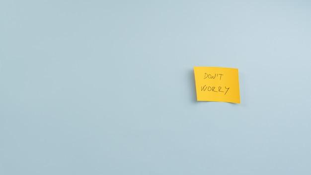 Geel post-it papier met maak je geen zorgen-teken