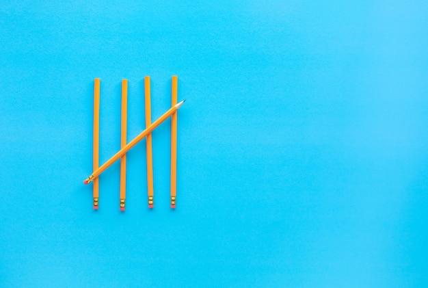Geel potlood op blauw