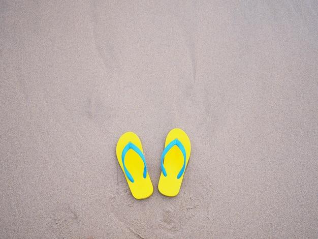 Geel sandelhout op beige het strandachtergrond van de zandzomer.