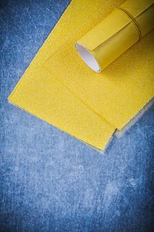 Geel schuurpapier op metalen tafel schurende tools