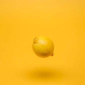 Geel stilleven van drijvende citroen