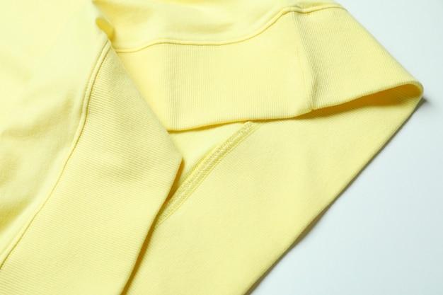 Geel sweatshirt op wit oppervlak, close-up