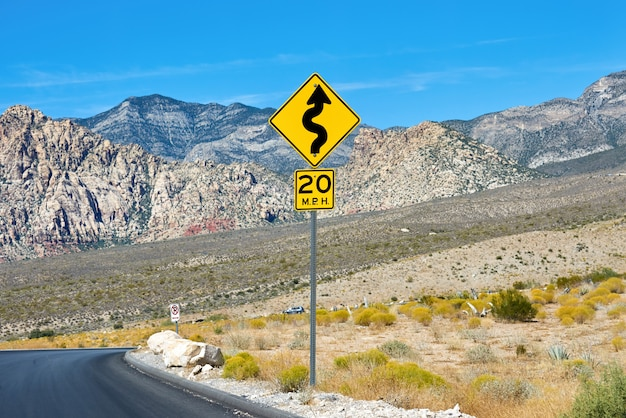 Geel teken in red rock canyon, nevada, verenigde staten