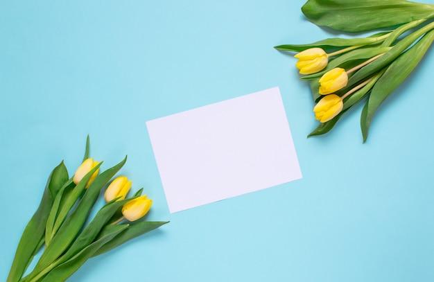 Geel tulpenboeket, de lentetijd. paasdag concept. bovenaanzicht kopieer ruimte.