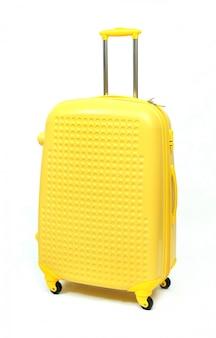 Geel van moderne grote koffer op een wit