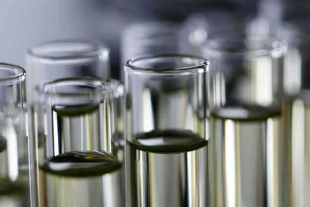 Geel vloeibaar gemorst benzine additief innovatieve toevoer