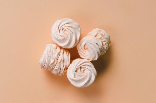 Geel zoete zelfgemaakte zefier of marshmallow