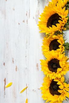Geel zonnebloemboeket op witte rustieke achtergrond