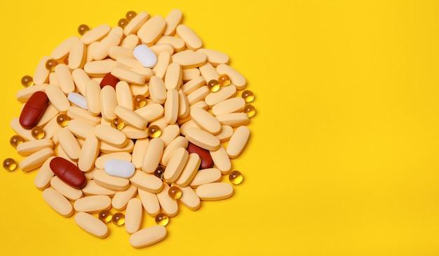 Geel zwart-wit rand van stapel pillen tabletten. plat lag lange banner. geneeskunde concept drugs veiligheid consumptie met kopie ruimte