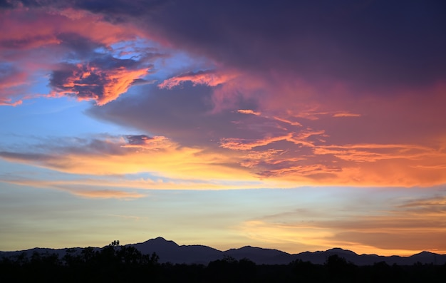 Geelgouden hemelavond in tropische landen zomer