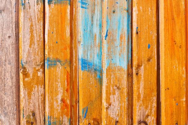 Geeloranje houten textuuroppervlakte als achtergrond met oud natuurlijk patroon
