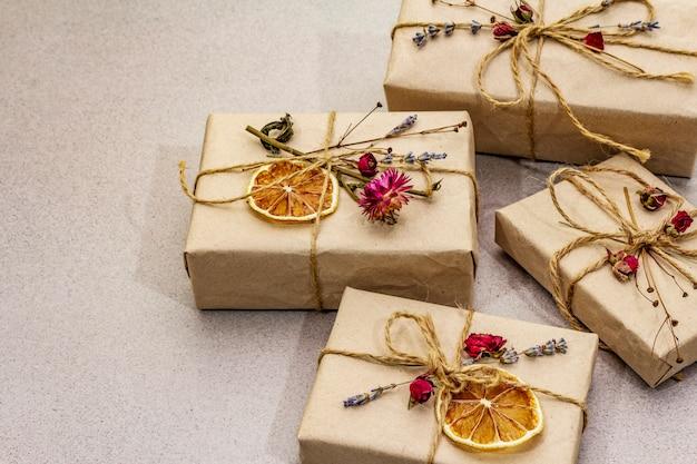 Geen afval geschenkconcept. valentijnsdag of verjaardag milieuvriendelijke verpakking. feestelijke dozen van ambachtelijk papier met verschillende organische decoraties.