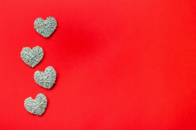 Geen afval, valentijnsdag milieuvriendelijk concept. harten met garen op rode achtergrond.