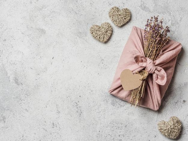 Geen afval, valentijnsdag milieuvriendelijke geschenkverpakking in furoshiki-stijl met droge lavendel.