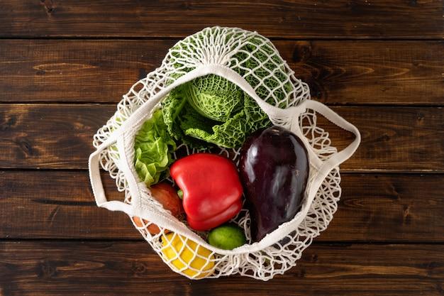 Geen afvalconcept. groenten in een netto zak