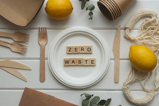 Geen afvalconcept. milieuvriendelijk organisch wegwerpgereedschap en opschrift zero waste