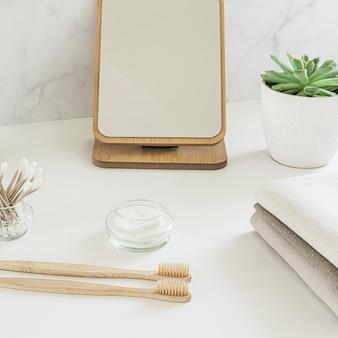 Geen afvalconcept. set milieuvriendelijke badkameraccessoires - bamboe tandenborstels, wattenstaafjes, natuurlijke haarborstel, spiegel en linnen servetten. duurzame levensstijl.