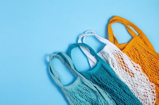 Geen afvalconcept. textielecozakken op blauwe achtergrond.