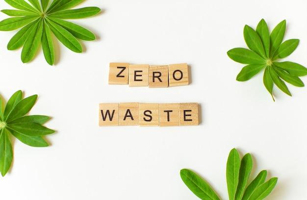 Geen afvaltekst met groene ecobladeren afvalbeheerconcept