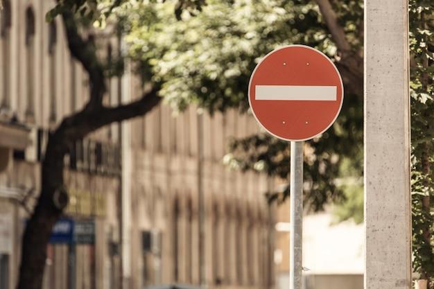 Geen binnenkomst verkeersbordwaarschuwing op straat