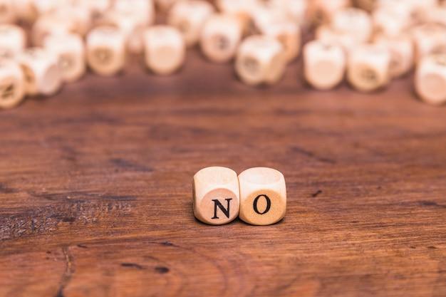 Geen brief op houten kubussen boven bruine lijst wordt geschikt die
