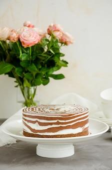 Geen gebakken zebra marmer cheesecake met vanille en chocoladelagen
