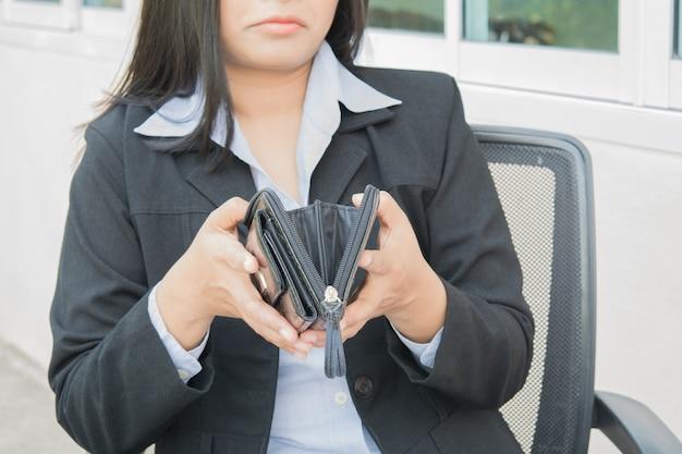 Geen geld in de zak bij de hand vrouw