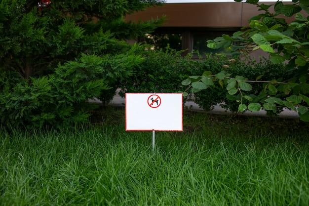 Geen honden toegestaan teken op een veld met groen gras