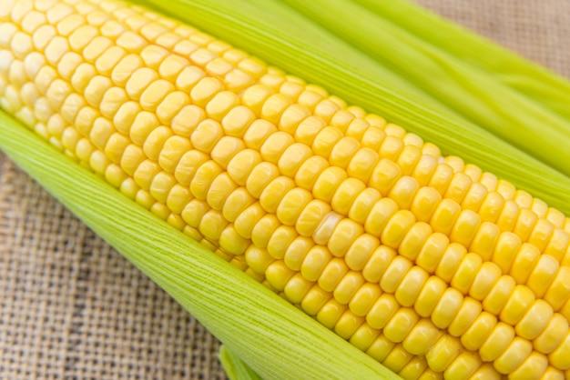 Geen maïs op een houten tafel