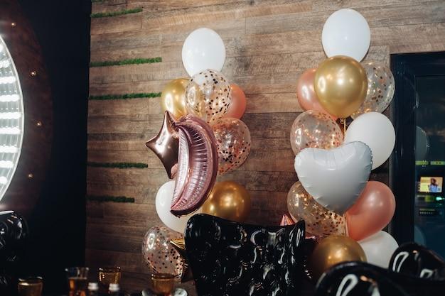 Geen mensenbeeld van de hal met trossen ballonnen onder het plafond bij de muur. feestconcept