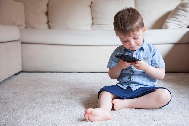 Geen ouderlijk toezicht op nieuwe technologieën voor kinderen met smartphones thuis.
