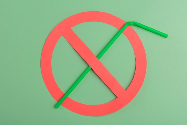 Geen plastic. groen plastic stro opgezet in een rode verbodscirkel