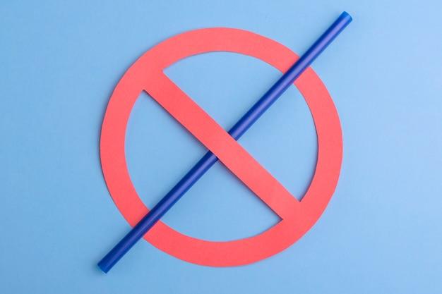 Geen plastic. klein blauw stro in verbodsteken over een blauwe achtergrond