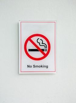 Geen rookteken van de plastic plaat op de witte muur in het kantoorgebouw.