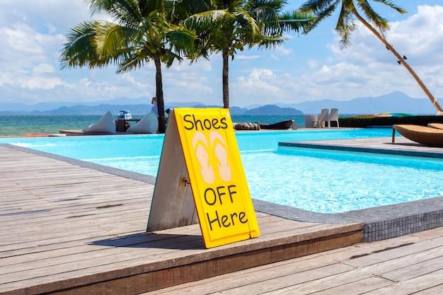 Geen schoenen labelen bijna pool - een iconisch teken verbiedt het gebruik van geen schoenen.