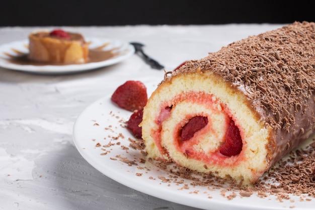 Geen suiker veganistische chocolade cheesecake met niet-gebakken korst van dadels, cacao en pecannoten met aardbeien