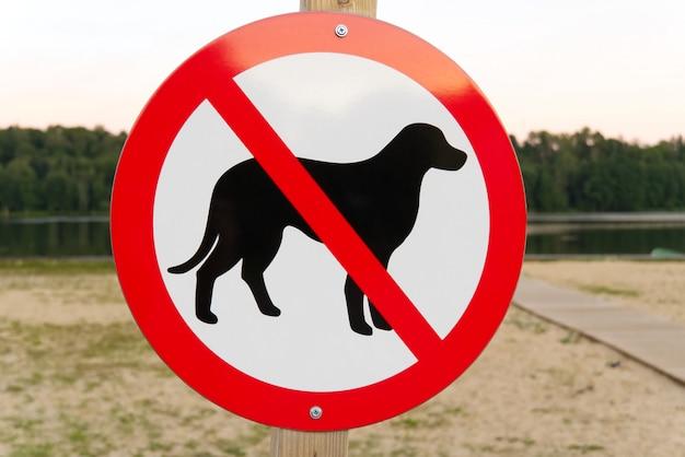 Geen teken van de hond op een stadsstrand. geen huisdieren toegestaan teken.