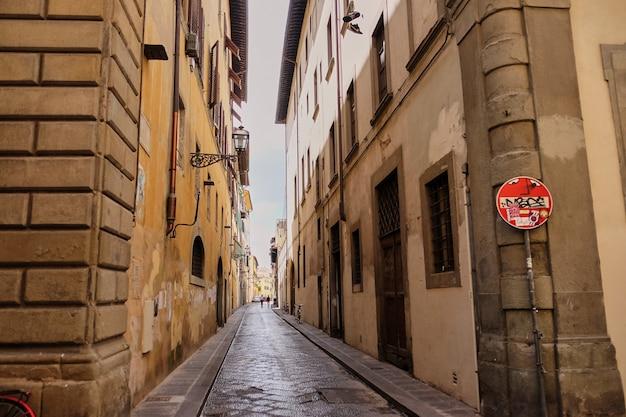 Geen toegangs- en doodlopende straatborden in de straten van florence
