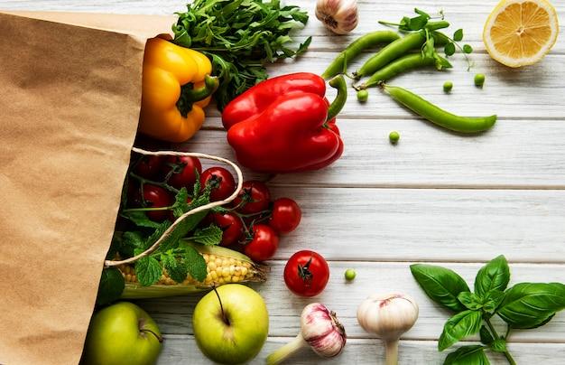 Geen voedselverspilling. papieren zak met fruit en groenten, milieuvriendelijk, plat gelegd.